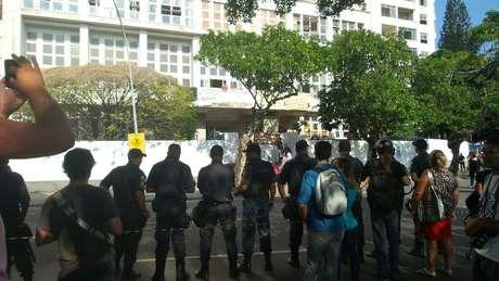 Policiais cercam prédio arrendado a uma empresa de Eike Batista durante reintegração de posse no Rio de Janeiro