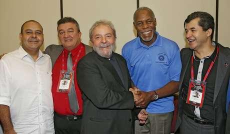 <p>Lula ao lado do ator e ativista norte-americano Danny Glover, que participa do congresso da CUT e se manifestou contra o PL da terceirização</p>