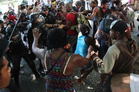 <p>Ação teve princípio de confronto entre policiaise moradores</p>