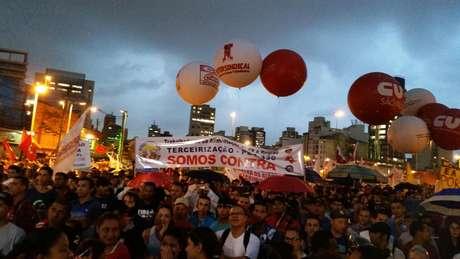 Manifestantes de centrais sindicais e de movimentos sociais iniciaram no início da noite uma caminhada pela Avenida Paulista em direção à Rua da Consolação