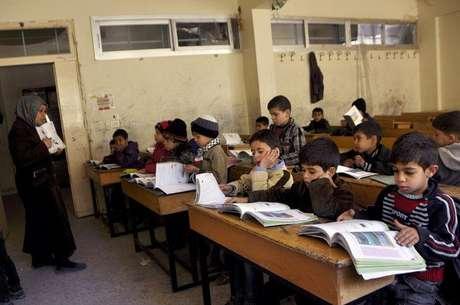 Crianças durante aula em escola síria de Jarmaq , no campo de Yarmouk. 14/04/2015.