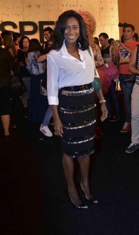 <p>Vestindo uma saia cheia de brilho e uma camisa branca, Gl&oacute;ria Maria marcou presen&ccedil;a no desfile da Colcci, e viu de perto a despedida de Gisele B&uuml;ndchen das passarelas</p>