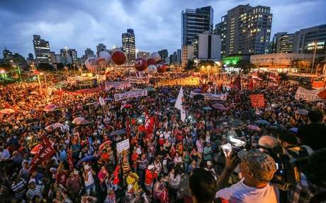 <p>Ato contra a terceirizaçãopromovido por centrais sindicais, movimentos sociais e partidos de esquerda no Largo da Batata, em São Paulo</p>
