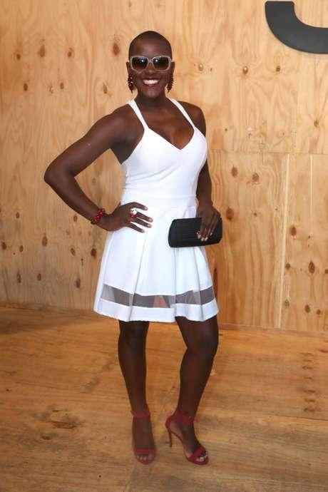 <p>Ex-BBB Angélica usou um vestido branco para realçar o decotão</p>
