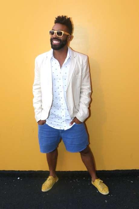 <p>Ex-participante do BBB15, Douglas optou por tênis amarelo e bermuda azul para dar uma passada no SPFW</p>