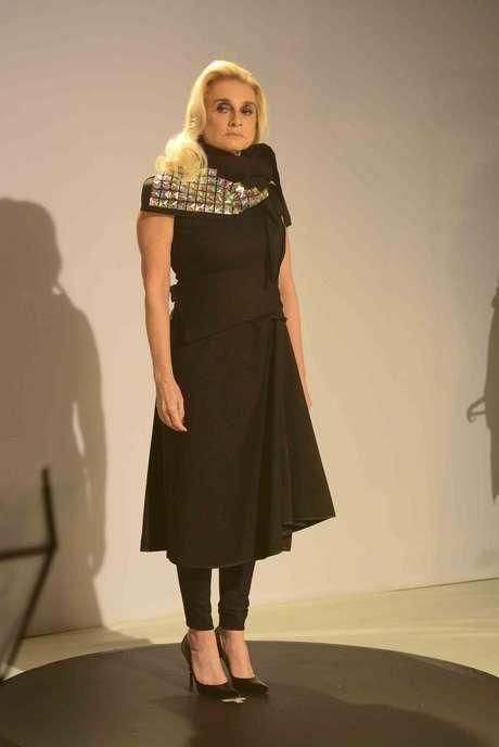 """<p>Flavia Shayoun, a """"Condessa"""", mostra peça de coleção de Fause Haten</p>"""