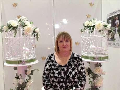 <p>Cathy Anderson, dona da empresa True Dove Ways, levou o casal de pombas Romeu e Julieta para promover seu trabalho na feira de casamentos</p>