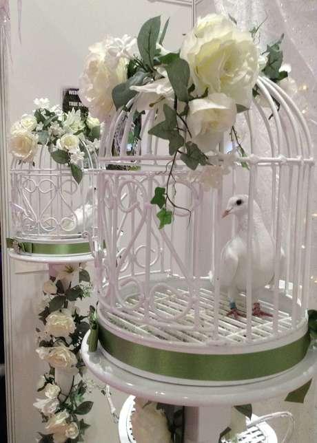 <p>Soltar pombas no dia do casamento simboliza uma união feliz e duradoura para os noivos</p>