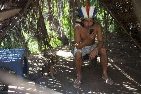 O último indígena que ainda vive em contato com a natureza na capital fluminense é Afonso Apurinã