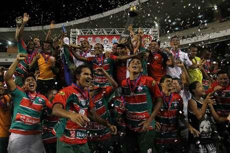 O Zagueiro Gil Cametá (segundo da esquerda para direita) foi campeão do Campeonato Paraense de 2012 pelo time da sua cidade, o Cametá