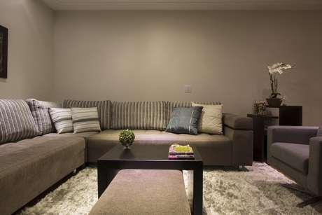 Almofadas estampadas e coloridas clareiam o ambiente