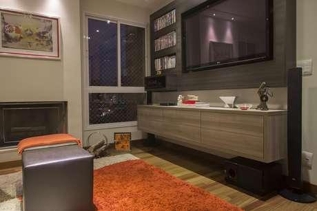 O tapete colorido dá vida à sala de TV