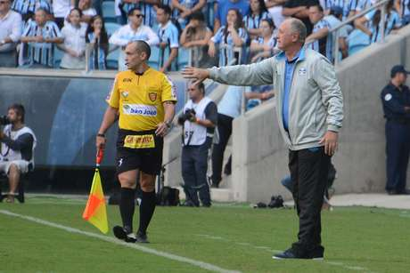 Felipão reclamou bastante da expulsão de Pedro Geromel no segundo tempo