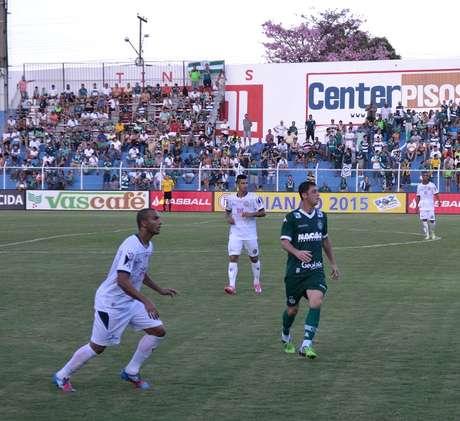 Felipe Menezes vigiado por dois marcadores da Aparecidense