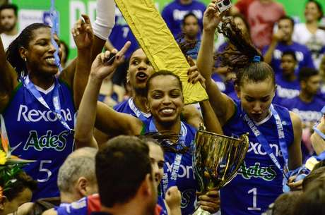 Fofão comemora o título da Superliga Feminina com o Rexona-Ades
