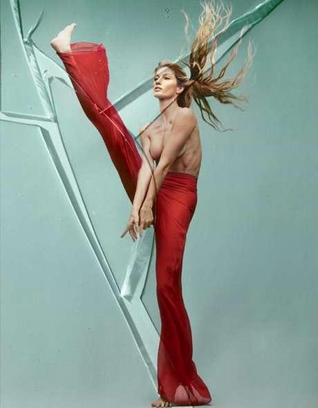 Gisele também posou só de calça para a edição especial da Vogue Brasil desse mês