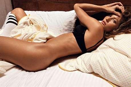 Para a revista GQ, a modelo posou só de top e meias enrolada em um lençol