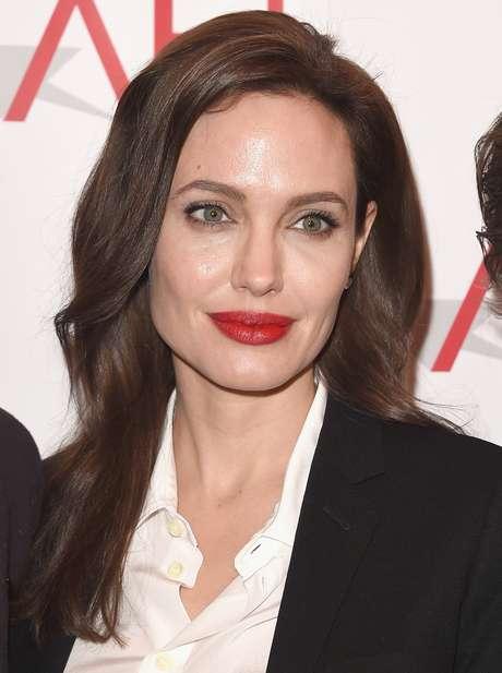 Angelina Jolie tem uma pinta pequena que não tenta disfarçar. Fica na testa,  perto 616319547f