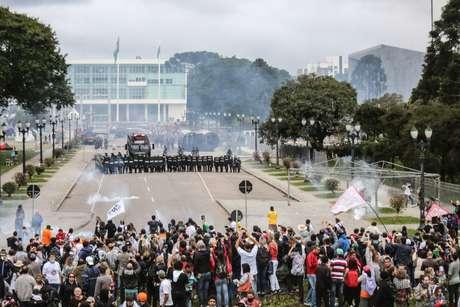 Centro Cívico se transformou em praça de guerra