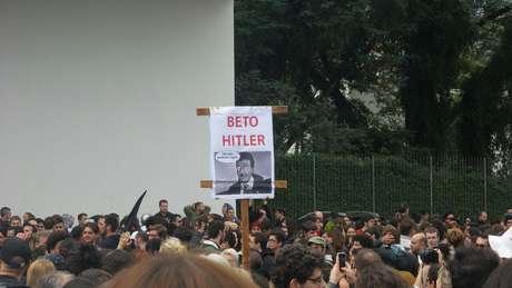 Manifestantes seguram placa contra o governador do Paraná, Beto Richa