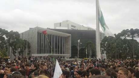 Manifestantes se posicionaram em frente à sede do governo