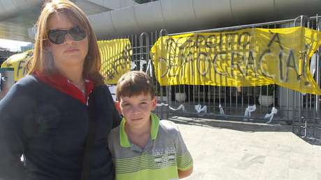 A professora Carla, de 37 anos, e o filho Lucas, de 10 anos