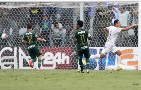 Ricardo Oliveira comemora gol; atacante fez o segundo do Santos neste domingo