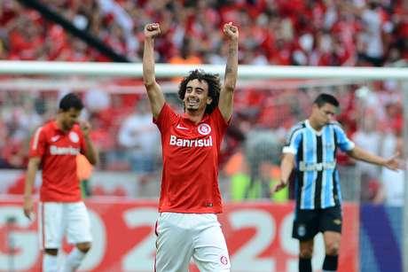 Valdívia comemora gol marcado no Grêmio