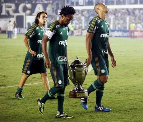 Palmeiras levou a taça de vice-campeão paulista de 2015, mas não ficou tão feliz, hein?