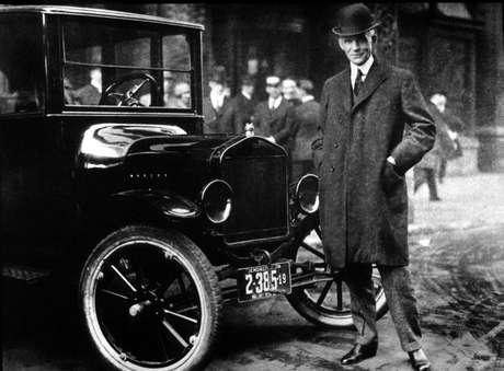 Henry Ford com o famoso modelo T, que revolucionou a indústria automotiva no começo do século XX