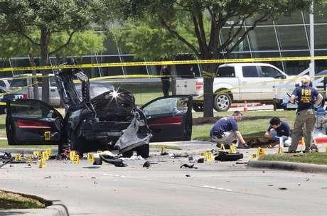 Polícia local e investigadores coletam provas no local do ataque, em Garland, em 4 de maio