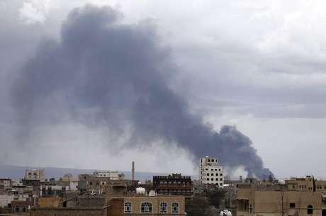 Fumaça após ataque aéreo contra o aeroporto da capital do Iêmen, Sanaa. 04/05/2015