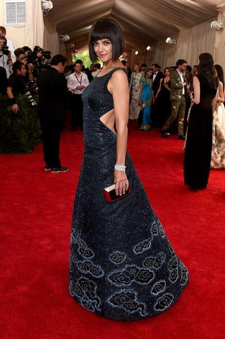 Katie Holmes trocou os fios longos pelo estilo chanel com franjas