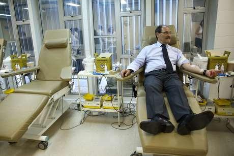 Governador, que cortou repasses para a saúde, em doação de sangue no Hemocentro em fevereiro