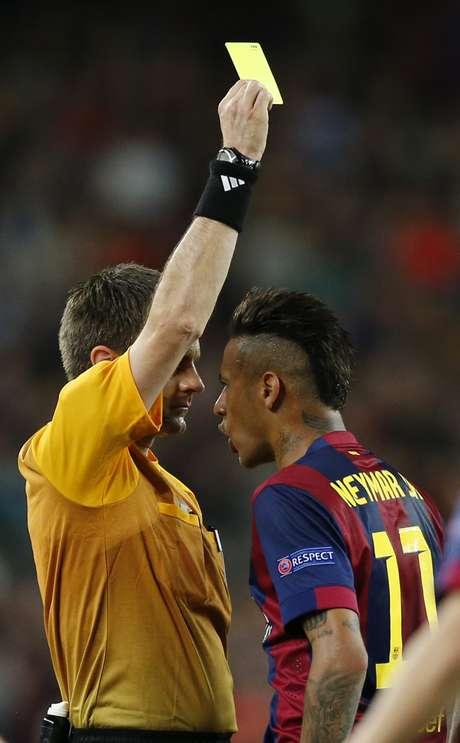 Neymar recebeu cartão amarelo e perdeu a paciência com a arbitragem