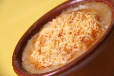 Na imagem, a famosa sopa de cebola gratinada