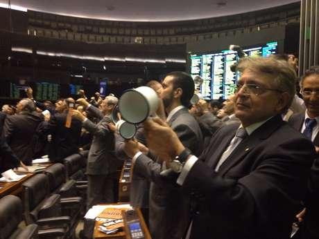 Deputados batem panelas contra a aprovação do texto-base da MP