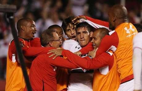 Centurión é abraçado pelos seus companheiros de São Paulo após garantir vitória