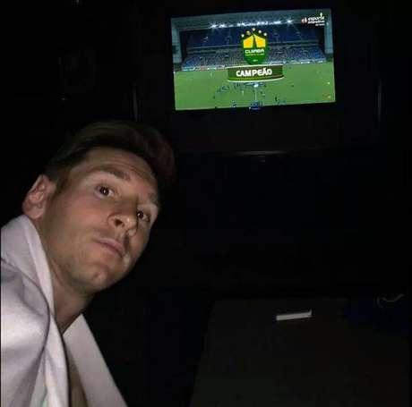 Messi publicou uma foto assistindo o clássico River Plate x Boca Juniors. Mas parece que ele mudou de ideia e viu outro jogo na noite desta quinta-feira