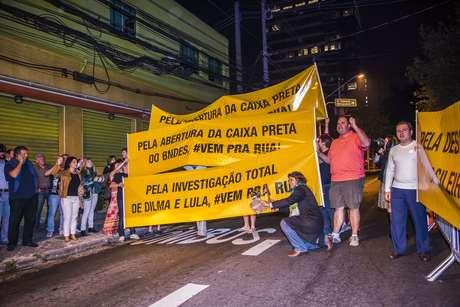 Manifestantes levaram faixas, apitos e panelas para protestar conta a presidente