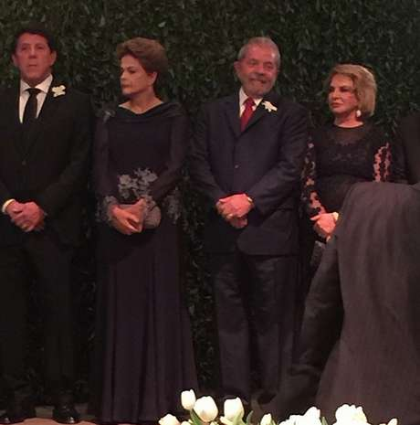 Foto tirada durante a cerimônia mostra o secretário de Estado da Saúde de São Paulo, David Uip, a presidente Dilma, o ex-presidente Lula e a esposa Marisa