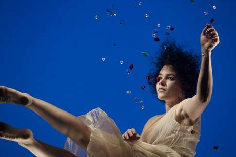 Bailarina surge na claraboia do CCJ para uma profusão de cores e formas