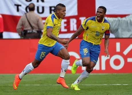 Michael Arroyo (esquerda) e Antonio Valencia comemorando gol durante amistoso contra a Inglaterra.  04/06/2014  Steve Mitchell-USA TODAY Sports.