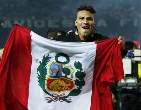Atacante Paolo Guerrero, do Corinthians, com a bandeira do Peru na comemoração do título mundial conquistado pelo time paulista em 2012. 16/12/2012
