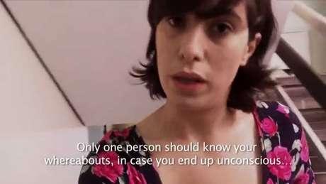"""""""Solo una persona debe saber de tí, caso quedes inconsciente"""", aconseja esta mujer antes de tirarse por la escalera."""