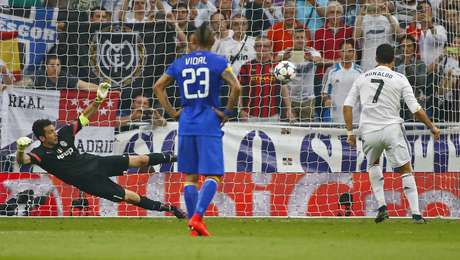 Cristiano Ronaldo bateu o pênalti sofrido por James Rodriguez com categoria e colocou o Real em vantagem