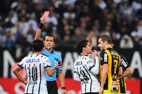 Corinthians ainda tinha esperança com dez em campo, mas com nove ficou impossível