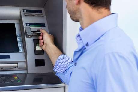 Ao fazer limitação de saque, deverá o banco disponibilizar, nos caixas eletrônicos, outros serviços que permitam ao correntista dispor de seu dinheiro