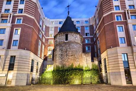 A Torre Negra - Um dos mais bem preservados pontos remanescentes do primeiro muro que circundou Bruxelas, a Torre Negra fica no Palácio de Santa Catarina, atrás da igreja de mesmo nome. A construção fez parte da primeira linha de fortificações da cidade, datada do século XIII, e resistiu a criação de uma nova doca na cidade, no século XVI, ao contrário do restante do muro