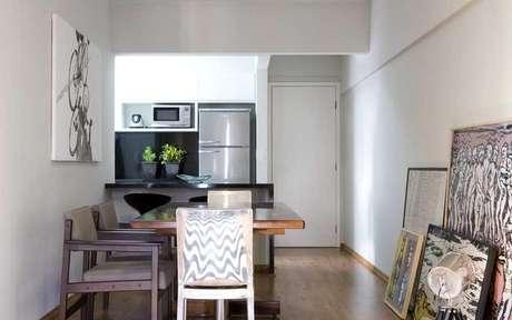 Atenção ao espaço de circulação da mesa de jantar próxima à bancada da cozinha para não deixar o ambiente apertado